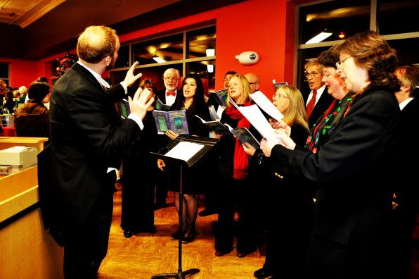 The Concord Chorale serenaded the guests all night.